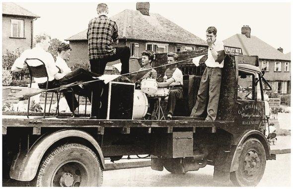 el camión que llevaba a The Quarrymen a St. Peter's Church,lugar donde se dio el mítico encuentro Lennon/McCartney